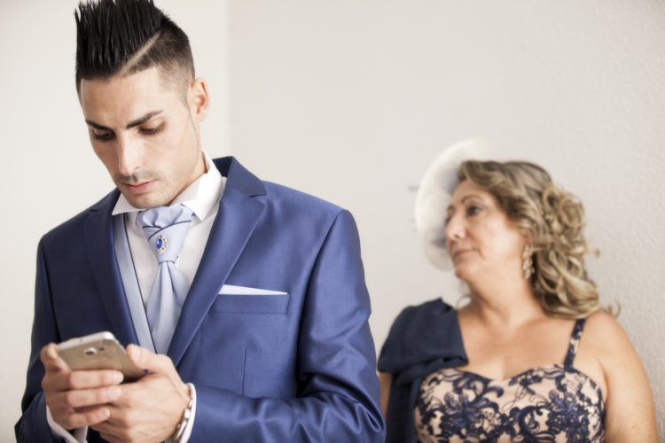 Preparativos novio de reportaje de boda en motril