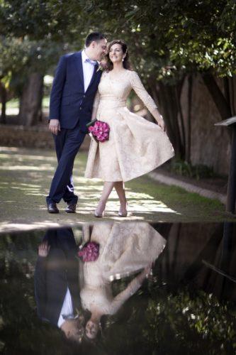 fotos de boda con reflejo. Reportaje de exterior. Adrián y Sofía