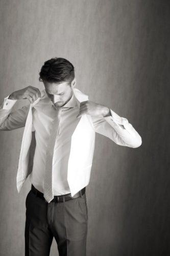 Fotos blanco y negro preparativos novio del reportaje de boda
