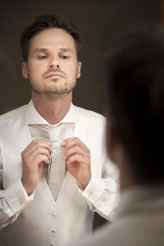 Fotos preparativos novio del reportaje de boda
