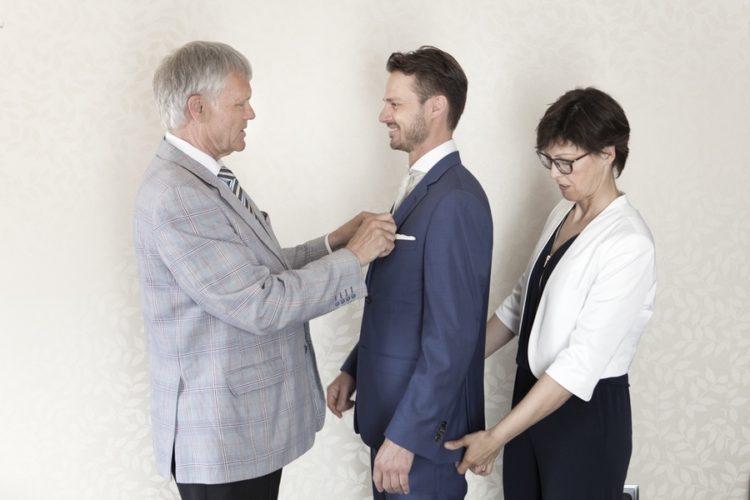 Fotos novio con familia del reportaje de boda