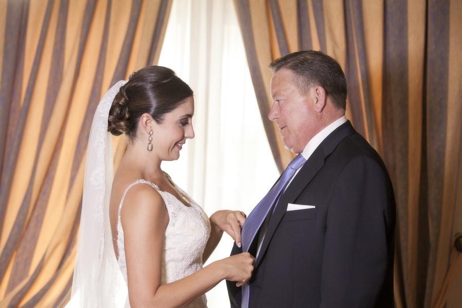 Fotos de preparativos de novia con familia. Reportaje de boda