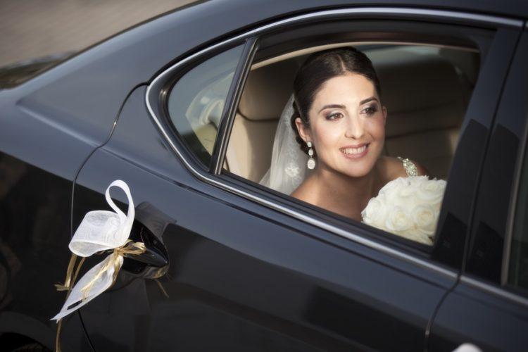 foto de novia en coche en reportaje de boda