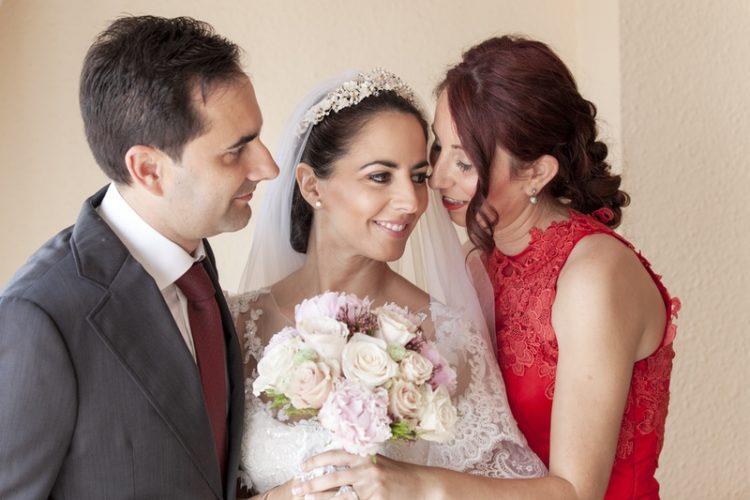 fotos de boda en casa de la novia con ramo de flores