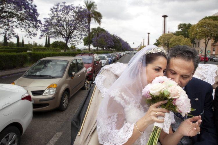 fotografias de boda en coche de caballos en Sevilla