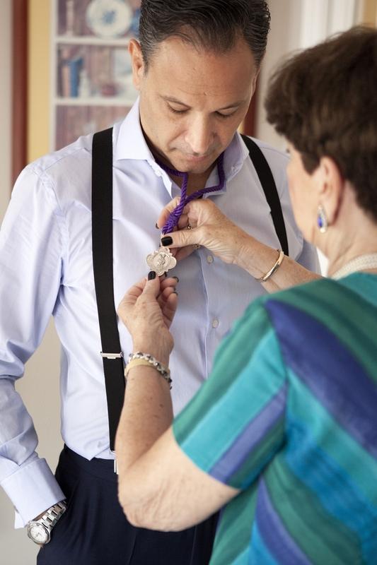 fotografias de boda en casa del novio preparándose