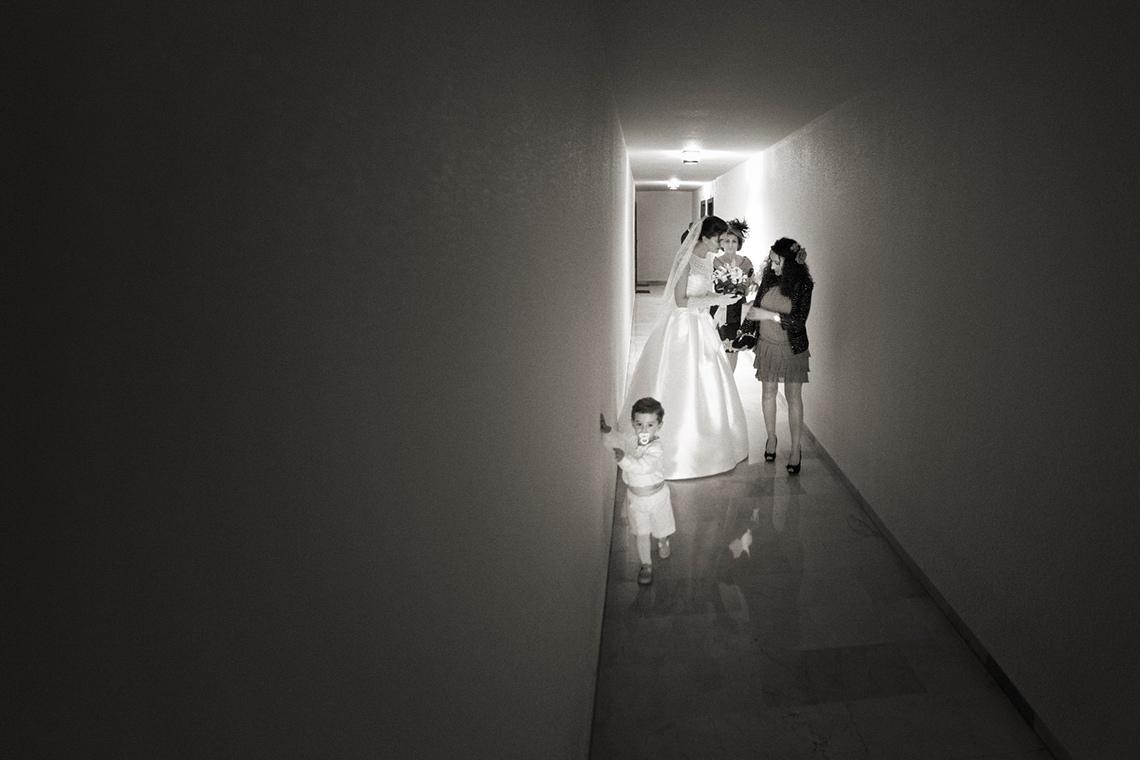 boda. novia saliendo de casa