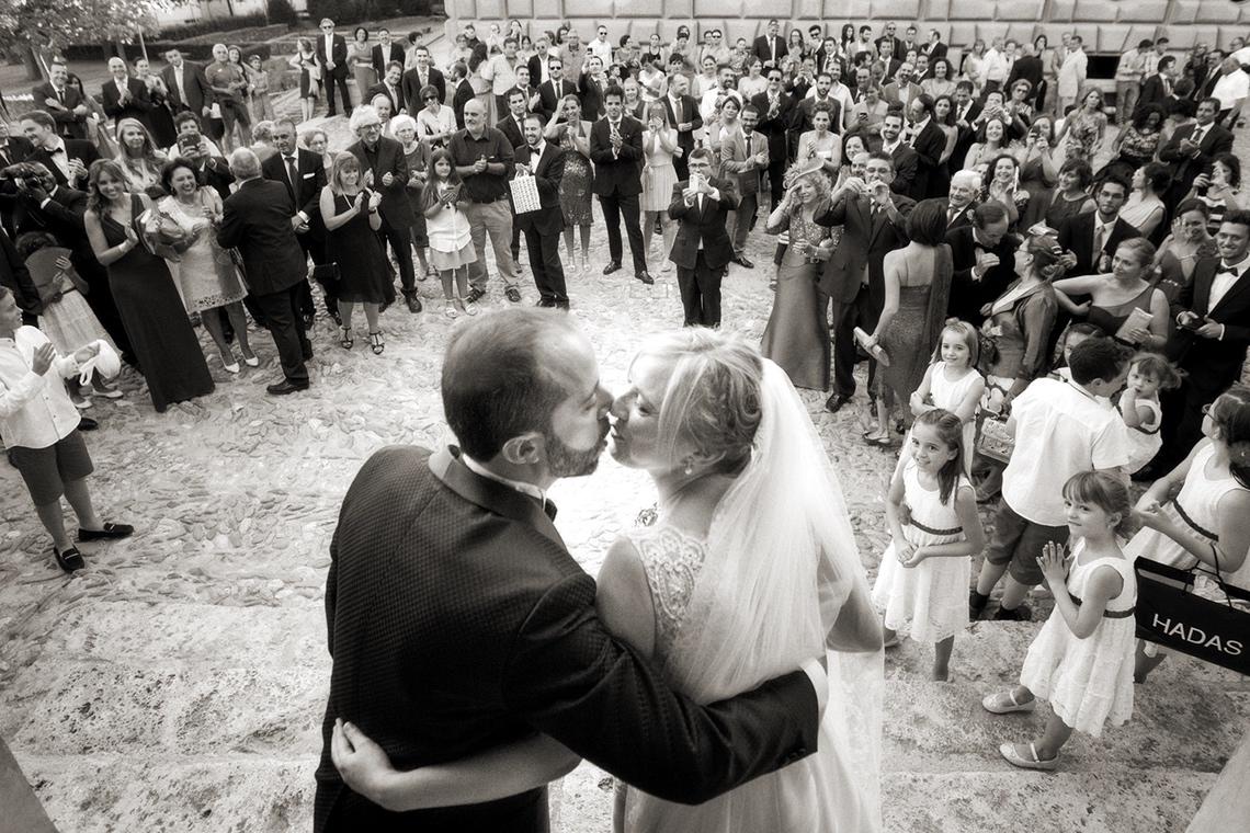 boda. beso novios iglesia. boda alhambra