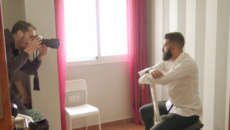 fotos de boda a novio en habitación pequeña